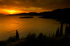 Coucher du soleil d'or dans Kardamili Image libre de droits