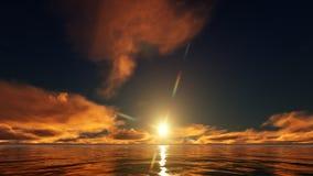 Coucher du soleil d'or dans l'océan Images libres de droits