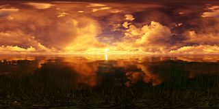 Coucher du soleil d'or dans l'océan Photographie stock