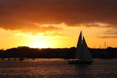 coucher du soleil d'or de bateau à voiles Photos libres de droits