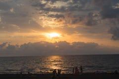 Coucher du soleil d'or de bel été au-dessus de la Mer Noire Avec les vagues calmes et la réflexion du soleil sur la plage Images stock
