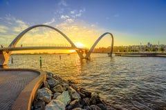 Coucher du soleil d'Elizabeth Quay Bridge Image libre de droits