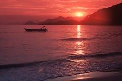 Coucher du soleil d'or en plage de Parnaioca Image libre de droits