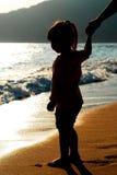 coucher du soleil d'enfant de plage Photo stock