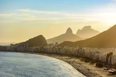 Coucher du soleil d'or entre les bâtiments de Copacabana Images libres de droits