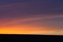 Coucher du soleil d'or et ciel bleu-foncé Photographie stock libre de droits