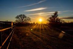 Coucher du soleil d'or d'heure au-dessus d'un ranch images libres de droits