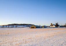 Coucher du soleil d'hiver au-dessus de ferme de pays d'A Photo stock