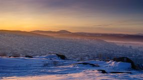 Coucher du soleil d'hiver au-dessus de la ville images stock