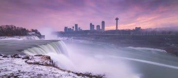 Coucher du soleil d'hiver aux chutes du Niagara Image libre de droits