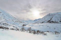 Coucher du soleil d'hiver aux montagnes photo stock