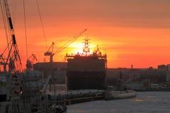 Coucher du soleil d'hiver avec des bateaux Photo stock