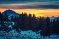 Coucher du soleil d'hiver avec des montagnes en Transylvanie Photos libres de droits