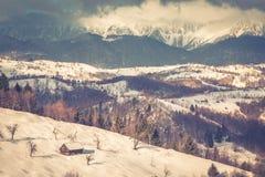 Coucher du soleil d'hiver avec des montagnes en Transylvanie Photo libre de droits