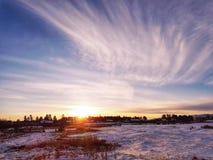 Coucher du soleil d'hiver avec un ciel pittoresque image stock