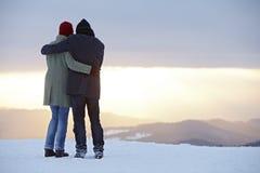 Coucher du soleil d'hiver de montagne de femme d'homme Image stock