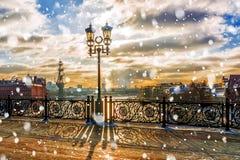 Coucher du soleil d'hiver sur le pont patriarcal à Moscou photographie stock libre de droits