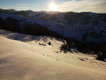 Coucher du soleil d'hiver sur les collines Ombres le soir photographie stock