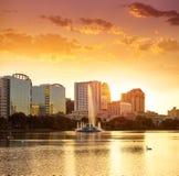 Coucher du soleil d'horizon d'Orlando au lac Eola la Floride USA Images stock