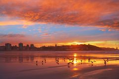 Coucher du soleil d'horizon de Gijon en plage Asturies de San Lorenzo photographie stock libre de droits