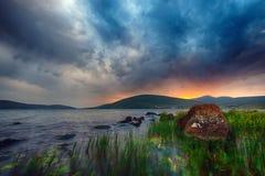 Coucher du soleil d'incendie près de lac Tabatskhuri Image libre de droits