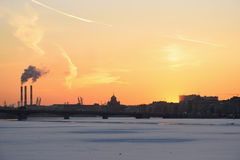 Coucher du soleil d'or, la vue du pont d'annonce Photos libres de droits