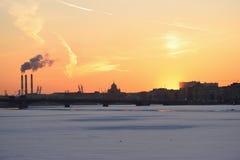 Coucher du soleil d'or, la vue du pont d'annonce Photos stock