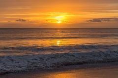Coucher du soleil d'or magique sur la plage portugaise Algarve Images libres de droits