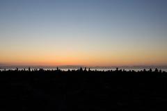 Coucher du soleil d'océan avec la silhouette en pierre empilée Images libres de droits