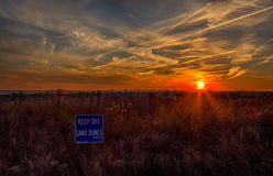 Coucher du soleil d'océan dans Cape May, New Jersey au rivage Image libre de droits