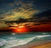 Coucher du soleil d'océan de plage de folie Images stock