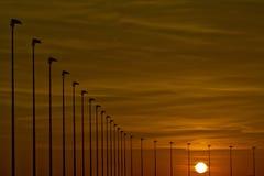 Coucher du soleil d'océan et réverbères Photos libres de droits
