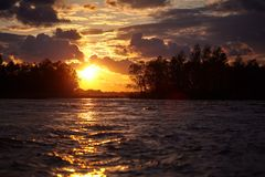 Coucher du soleil d'océan ou horizon coloré de lever de soleil avec le beaux ciel, nuages et soleil d'aube images stock
