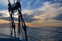 Coucher du soleil d'océan sur un voilier, les Turcs et la Caïques Photos libres de droits