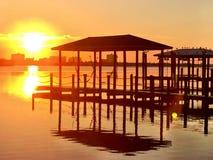 Coucher du soleil d'or reflété Images stock