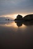 coucher du soleil d'or romantique sur le rocha du DA de praia de plage sablonneuse Images stock