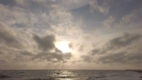 Coucher du soleil d'or stupéfiant d'heure en mer avec le ciel dramatique et la belle lumière entre les cirrus clips vidéos