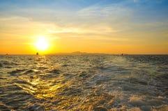 Coucher du soleil d'or sur la plage Pattaya, Thaïlande Image stock