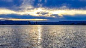 Coucher du soleil d'or sur la rivière chez Frenchman& x27 ; barre de s Image libre de droits