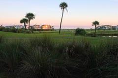 Coucher du soleil d'or, terrain de golf, logements Images libres de droits