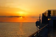 Coucher du soleil d'un bateau de croisière Photographie stock libre de droits
