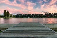 Coucher du soleil d'un dock au-dessus d'un lac Photographie stock