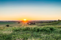 Coucher du soleil d'une ferme Image libre de droits
