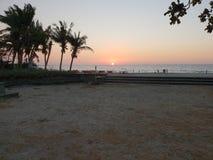 Coucher du soleil d'une plage dans Ilocos Norte, Philippines photographie stock