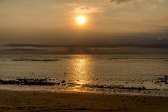 Coucher du soleil dans Bali avec des pêcheurs Image stock