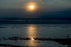 Coucher du soleil dans Bali avec des pêcheurs Photographie stock libre de droits