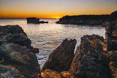 Coucher du soleil dans Cascais, Portugal à la tache célèbre de Boca del Inferno pour photographie stock libre de droits