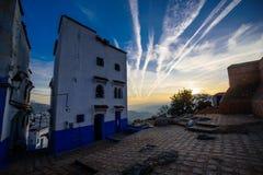 Coucher du soleil dans Chefchaouen, la ville bleue au Maroc Image libre de droits