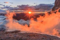 Coucher du soleil dans des Alpes de dolomite, Italie photos libres de droits