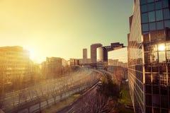 Coucher du soleil dans des immeubles de bureaux Photos stock